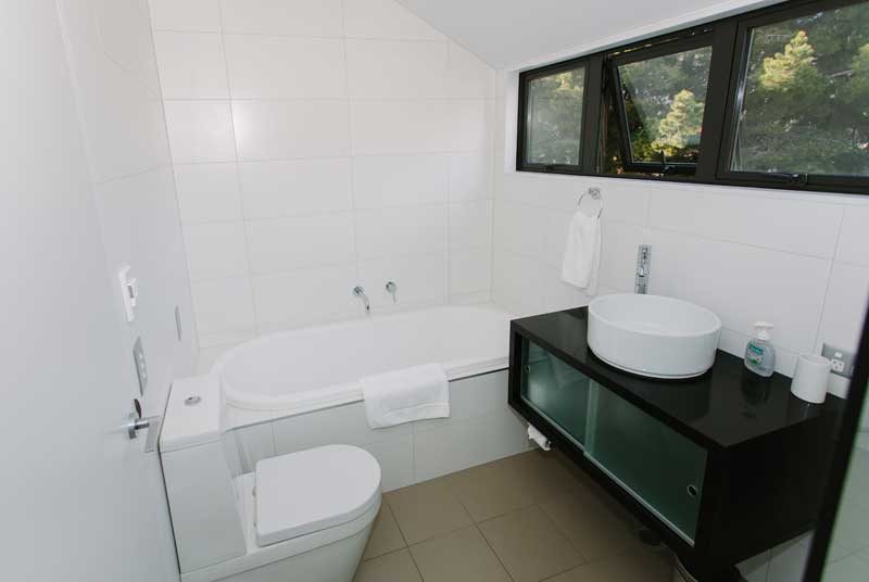 19_upstairs-bathroom-800